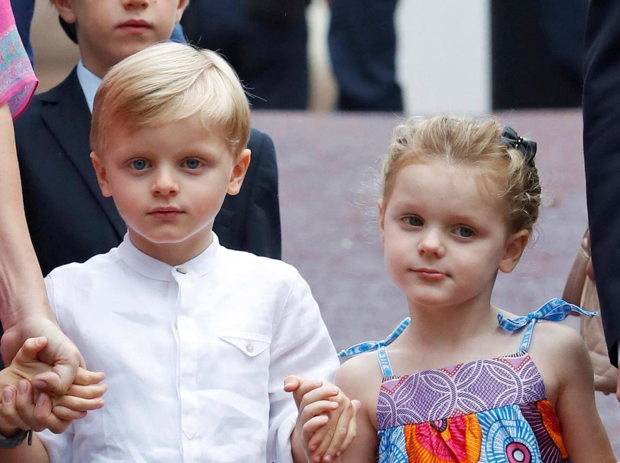 """モナコ王室ジャック公子とガブリエラ公女、「公式行事」での""""可愛 ..."""