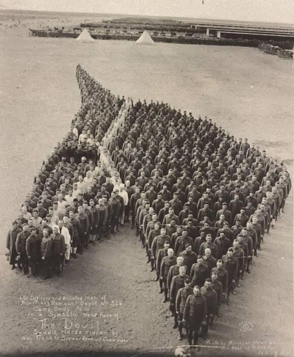 戦場でなくなった馬たち悼み、人文字で馬の頭部を作り敬意を表した ...