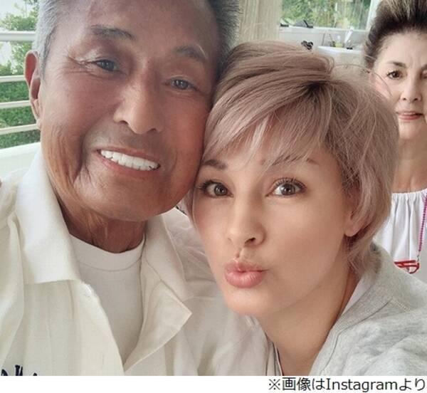 """梅宮アンナ、父・辰夫と久々""""家族集合""""写真"""