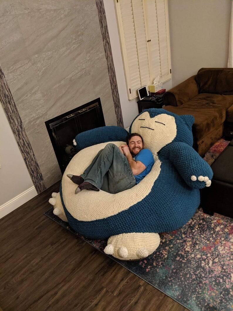 ポケモンの人気キャラ・カビゴンが巨大な手編みぬいぐるみに! 大人の体もすっぽり包みこむ超ビッグサイズだよ