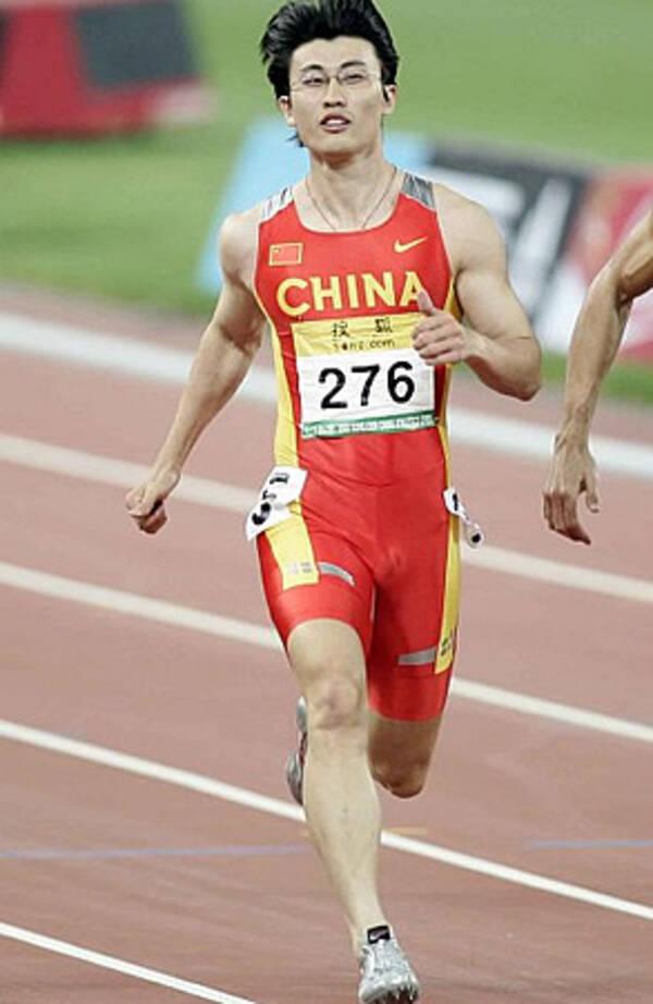 中国の陸上選手、男子100mの「眼鏡ランナー」 (2008年8月16日 ...