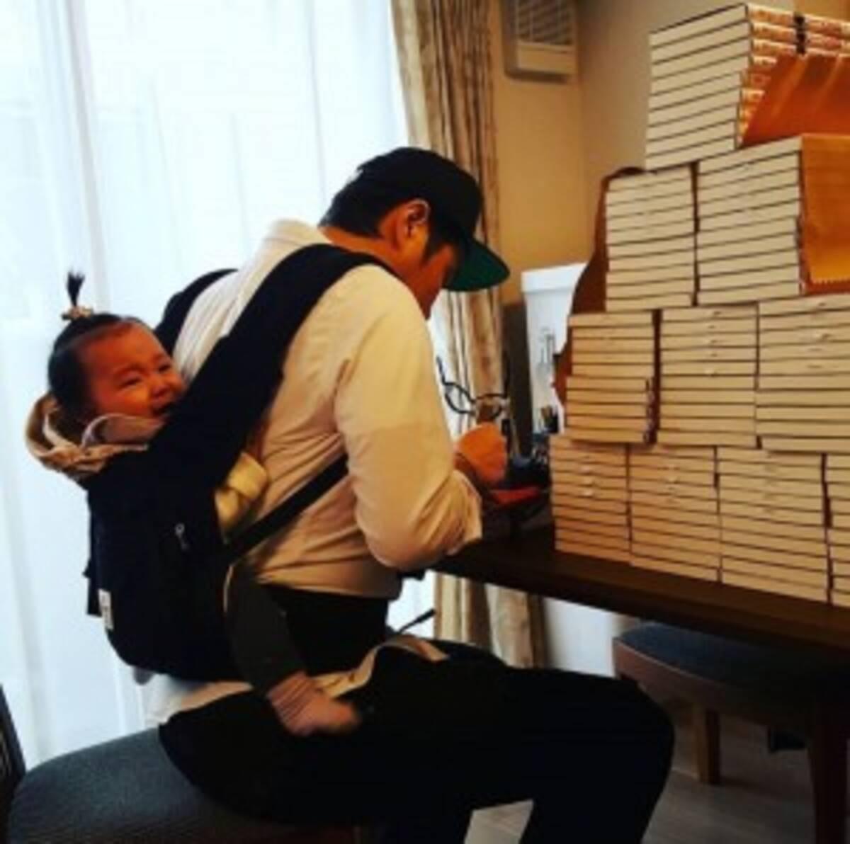 ライセンス藤原、娘をおんぶして大量にサインを書く日々 「無理しないで」とファン (2017年12月5日) - エキサイトニュース