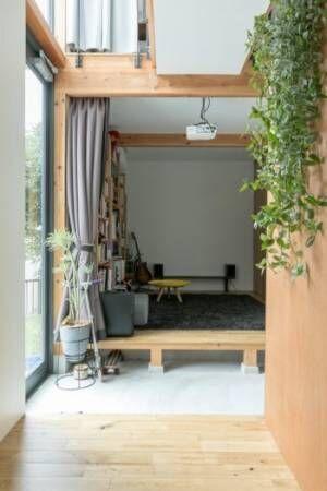 大きな窓の開放感のある家家のどこにいても家族の気配が感じられる空間