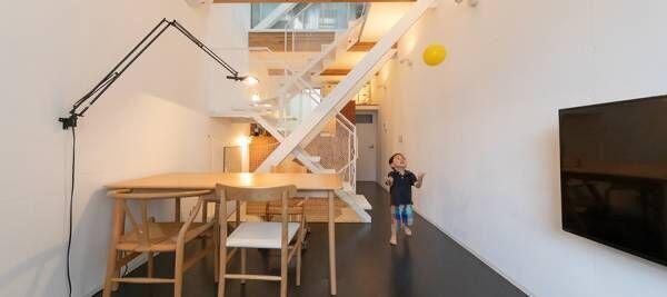 子どもが自由に駆け回る暮らしに合わせてDIY進化し続ける都心の狭小住宅