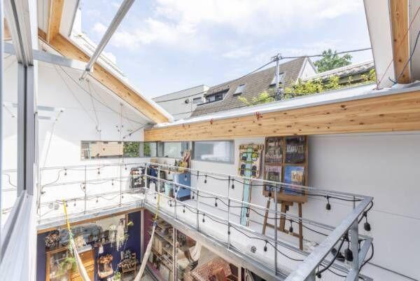 漫画の世界にも通ずる住空間リビングが外にあって、直接空を望める家で暮らす