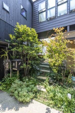 丘と一体化した2世帯住宅庭の眺めを楽しみながら心地良く暮らす