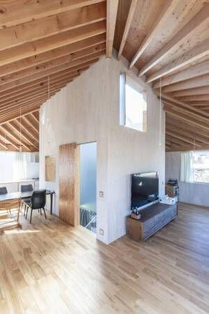子どもが自由に走り回れる家空が見える階段室をコアにした回遊式空間で暮らす