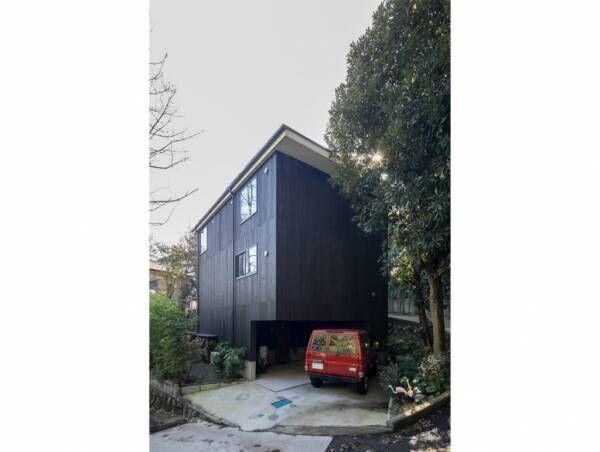 鎌倉の景観に溶け込む緑の中に静かに佇む和を再構築した黒い箱