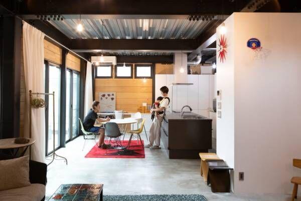 家に拡張の余地を残す鉄、木、コンクリート。マテリアルの力強さが際立つ家
