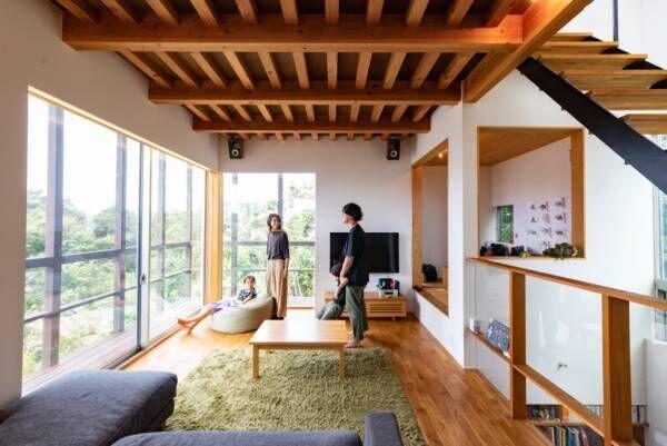 階段で繋がるアウトドアリビング自宅でキャンプが楽しめる自然と親しむ住まい