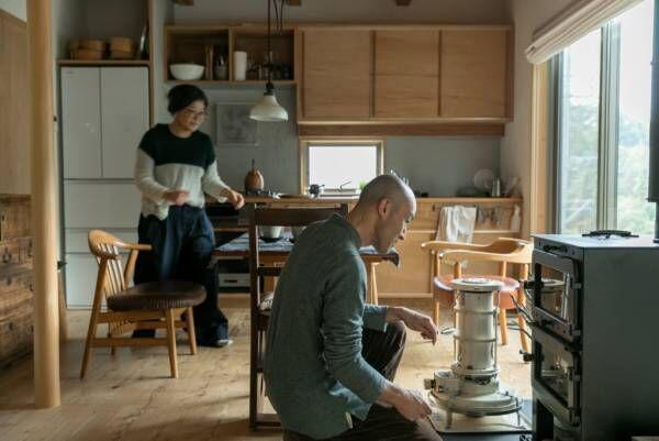 吹き抜けを家の中心に作るあたたかな自然素材の家に『shizen』の器が映える