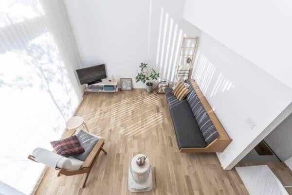 螺旋階段のある家抜けと余白のある空間に光がたっぷり降り注ぐ