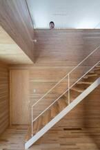「大きな穴」が空間と家族をつなげる上下階をつなぐ吹き抜けがもたらす一体感温もりと開放感のある住まい