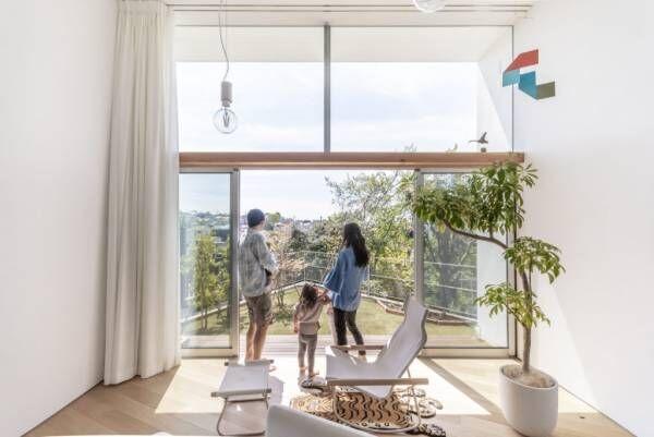 高台に立つ家おおらかな大空間で風景を楽しみつつ暮らす