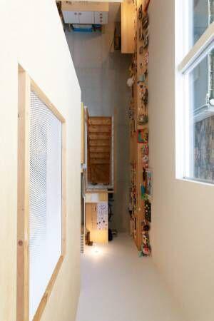 鉄骨造が叶えた大胆プラン吹き抜けの大空間に個室が浮かぶ家
