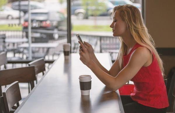 座って携帯を使う女性