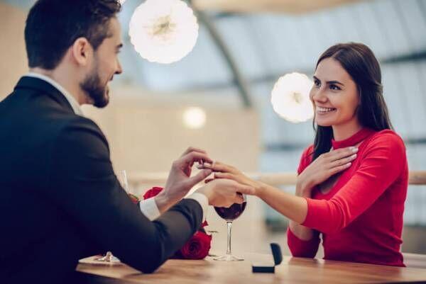 婚約指輪をもらう女性