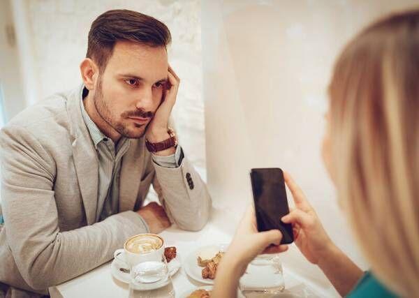 男子がデート中に「今すぐにでも帰りたくなる」女性のNG行動4つ