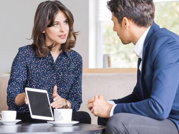 社内恋愛に発展?男性が「職場で気になる女性」にとる行動