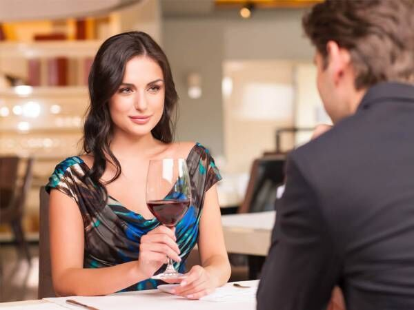 食事の後のハシゴに「バー」、男性が誘うのは本命候補だから?