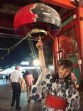 羽野晶紀 「ハンドパワー」指で雷門の提灯持ち上げる!?写真公開