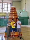 金田朋子・森渉夫妻、憧れのケイン・コスギと23段の跳び箱の前で記念写真