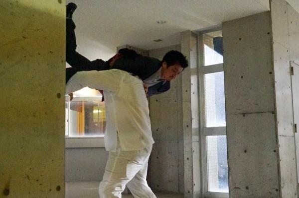 小栗旬、プロレスラー後藤にスイングDDT ドラマ『CRISIS』第8話のアクションシーンに「すっげえ!!!」