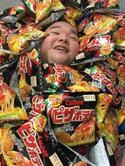 内山信二 夢の「ピザポテト布団」に埋もれ幸せいっぱいの顔公開