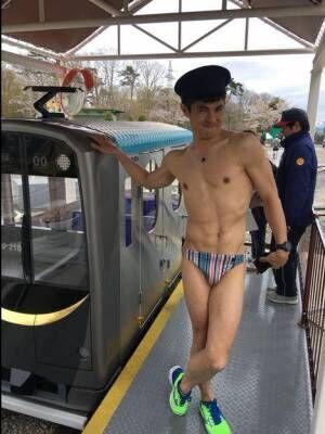 小島よしおが海パンで屋外ロケ「服って大事だなって思いました」