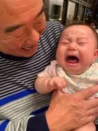 東尾理子、父・修氏に抱かれて号泣する娘「じぃじにわんわん泣いた」