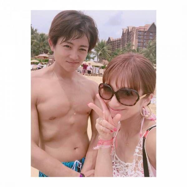 辻希美、ハワイの海で夫・杉浦太陽と2ショット公開「日焼けやばーぃ」