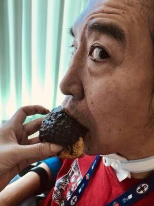 頸椎完全損傷の高山善廣が近況 シュークリーム食べる横顔を公開