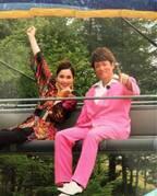 平野ノラ、バブルを謳歌したマイケル富岡と2ショット「バブリースーツでキメッ!」