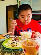 はなわ、朝から食欲旺盛な三男・昇利くんを公開「元輝よりも食べている」