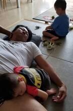 小原正子、夫・マック鈴木の太ももの上で寝る息子を見て「何とも可愛らしい二人でした」