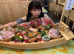 """もえあず、総重量4.5kgの""""デカ盛り海鮮丼""""を完食「10人ぐらいで分けても充分な量」"""