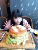 もえあず、4kgオーバーの巨大ハンバーガーを堪能「お肉ほんとおいしい」