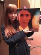 """中川翔子、父・中川勝彦さんのLP盤と""""2ショット""""「親子。です似てますか?」"""