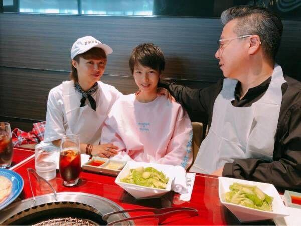 渡辺美奈代、父の日に焼肉へ 夫&息子の3ショットも公開「ニコニコのパパさんでした」