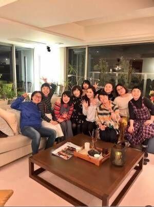平野ノラ、イモト&ブルゾンらとナベプロ社長宅で女子会「ミッドナイトバブリーなのでした」