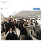 サッカーW杯日本代表・遠藤航、飛行機内でスーツ姿の代表集合写真を公開
