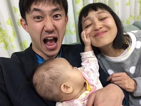金田朋子、生後8ヶ月の娘と家族集合写真「微笑ましい」「ステキな家族」の声