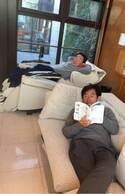 東尾理子、まったりくつろぐ夫と父の姿公開「仲良しの証ですね!」「石田さんも修さんもいい表情」の声