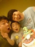 鈴木おさむ、息子の誕生日に家族3ショット「僕も父親として、もっと成長せねば」
