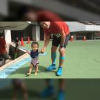 金田朋子&森渉、手を繋いで歩く娘・千笑ちゃんの動画を公開「本人は走ってるつもり」