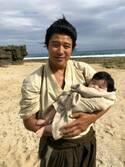 鈴木亮平、『西郷どん』初のキスシーン「まさかの石橋蓮司さんとでした」