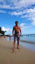 高橋英樹、新しい水着でハワイの海を満喫「ちょっと  派手目で  写メ写りのいいカラーで」