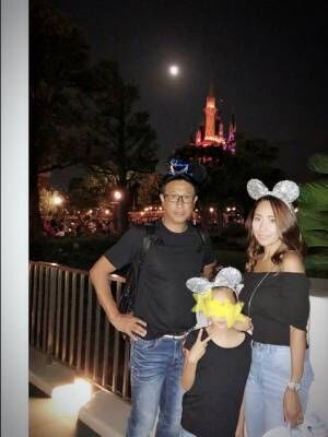 夫・宮本和知と家族でディズニーランドへ「パパさん顔がマジだけどmickeyお耳」