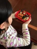 """花田虎上、妻手作りの""""ハロウィン弁当""""を見つめる娘に「かわいい光景」"""