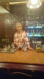川崎麻世、実家の喫茶店がドラマのロケ地に セットでキメる83歳の母を公開